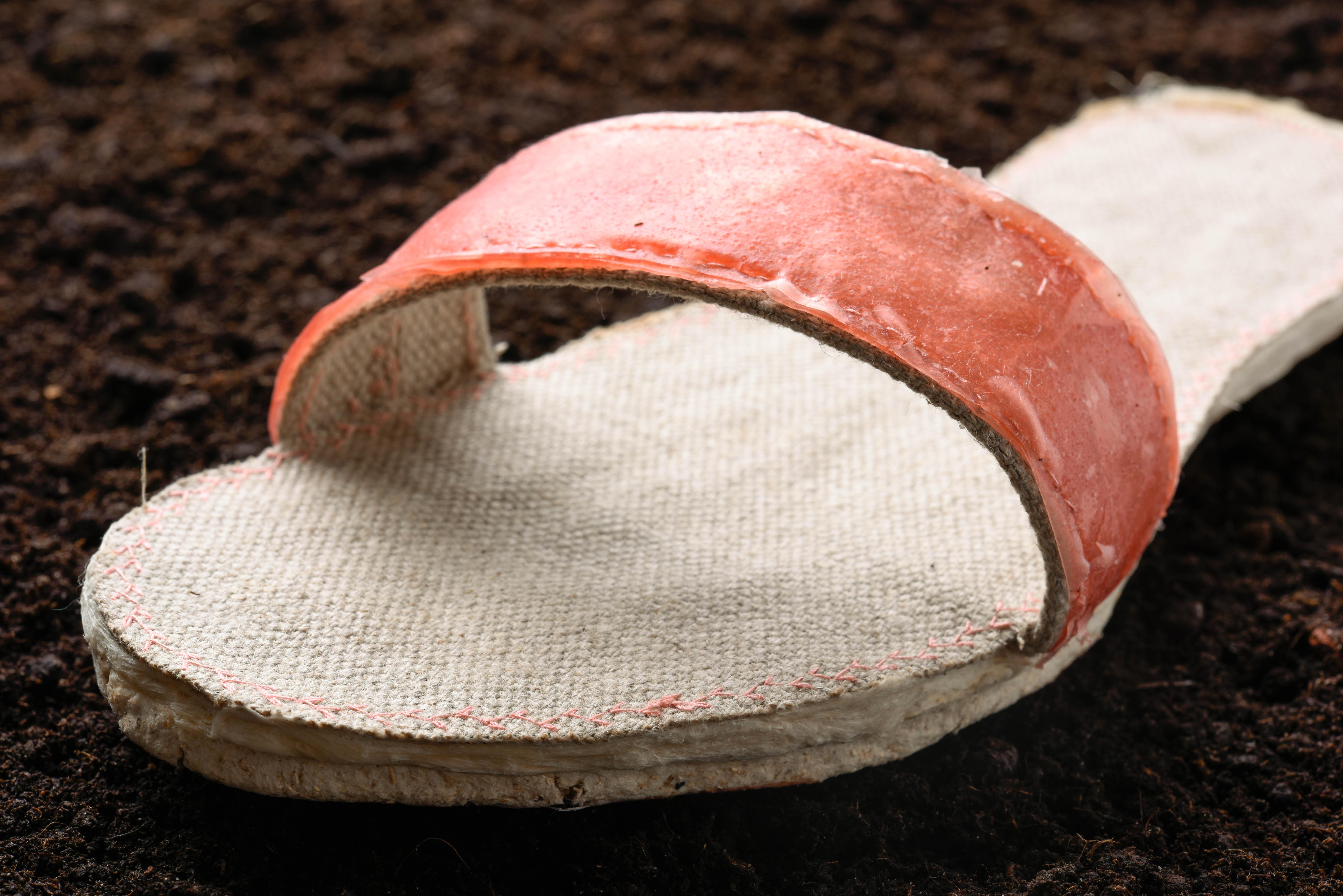 Sandale aus Biokompositen auf Basis von Lausitzmaterialien